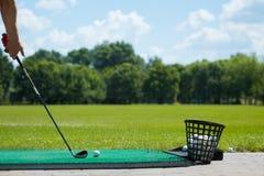 Golfball auf dem Grün und dem Putter Stockfoto