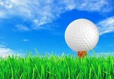 Golfball auf dem grünen Gras des Golfs Lizenzfreie Stockbilder