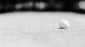 Golfball auf dem grünen Schwarzweiss-Bild Lizenzfreies Stockfoto