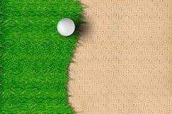 Golfball auf dem Gras Stockfotos