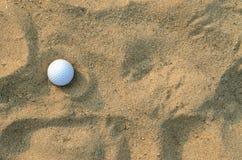 Golfball auf dem Sand; Draufsicht Stockfoto