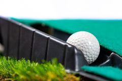 Golfball auf dem Setzen der Matte lizenzfreies stockfoto
