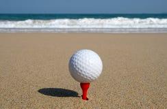Golfball auf dem Strand. Stockfoto