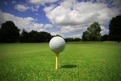 Golfball auf dem T-Stück Lizenzfreie Stockfotos