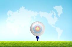 Golfball auf dem T-Stück weg Stockbilder