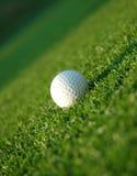 Golfball auf der Fahrrinne Lizenzfreie Stockfotografie