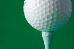 Golfball auf einem T-Stück stockfoto