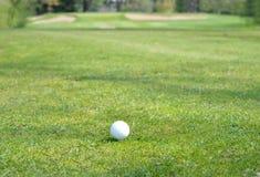 Golfball auf einem T-Stück, das wartet geschlagen zu werden Lizenzfreies Stockfoto