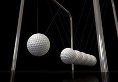 Golfball auf einer Newton-Aufnahmevorrichtung Lizenzfreies Stockbild