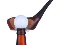 Golfball auf Flasche mit Treiber Stockfotografie