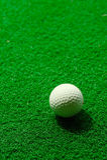 Golfball auf gefälschtem Gras Stockfoto