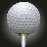 Golfball auf Goldt-stück Stockfotografie