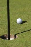 Golfball auf Grün. Stockfotos