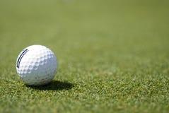 Golfball auf Grün Lizenzfreie Stockfotos