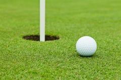 Golfball auf Grün lizenzfreies stockbild