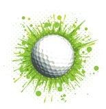 Golfball auf grünem Hintergrund Stockfotografie
