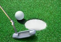 Golfball auf grünem Kurs stockfotografie