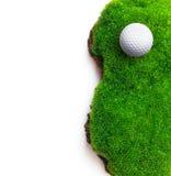 Golfball auf grünem Gras Lizenzfreie Stockbilder