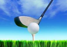 Golfball auf Kurs stockfoto