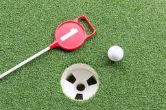 Golfball auf Lippe von Cup Lizenzfreie Stockfotos