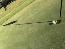 Golfball auf Rand des Loches Lizenzfreie Stockbilder