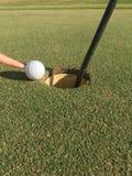Golfball auf Rand des Loches Lizenzfreies Stockbild