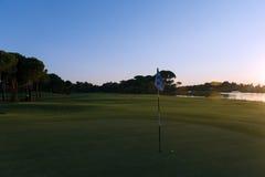 Golfball auf Rand des Lochs Stockfotografie