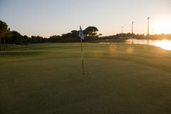 Golfball auf Rand des Lochs Stockbild