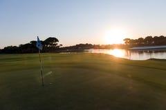 Golfball auf Rand des Lochs Lizenzfreie Stockbilder