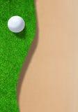 Golfball auf Rand des Sandfangs mit Kopien-Raum Lizenzfreies Stockbild