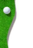 Golfball auf Rand des Sandfangs mit Kopien-Raum Stockbild