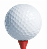 Golfball auf rotem T-Stück Stockfoto
