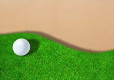 Golfball auf Sandfang mit Kopien-Raum Lizenzfreie Stockfotografie