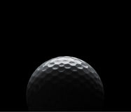 Golfball auf schwarzem Hintergrund mit Exemplarplatz Stockfotos