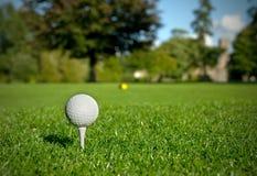 Golfball auf T-Stück Lizenzfreies Stockbild