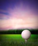 Golfball auf T-Stück Lizenzfreie Stockfotografie
