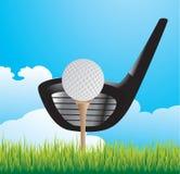 Golfball auf T-Stück mit Klumpen auf Gras Lizenzfreie Stockfotografie