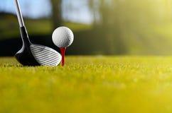Golfball auf T-Stück mit Treiber lizenzfreies stockbild