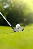 Golfball auf T-Stück mit Treiber stockfotografie