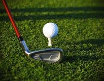 Golfball auf T-Stück und Treiber Stockbilder