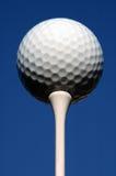 Golfball auf T-Stück. Lizenzfreie Stockfotografie