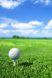 Golfball auf T-Stück auf dem grünen Gras Lizenzfreie Stockfotografie