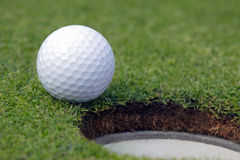 Golfball bijna in het gat Stock Foto's