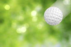 Golfball in der Bewegung lizenzfreie stockbilder