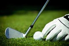 Golfball, Eisen und Hand auf Kurs Stockbilder
