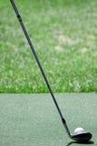 Golfball en club royalty-vrije stock afbeeldingen