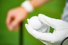 Golfball an Hand halten stockfotos