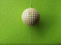Golfball hinter Verwendung Stockbild