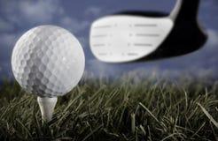 Golfball im Gras Stockbild