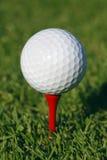 Golfball im Gras Stockbilder